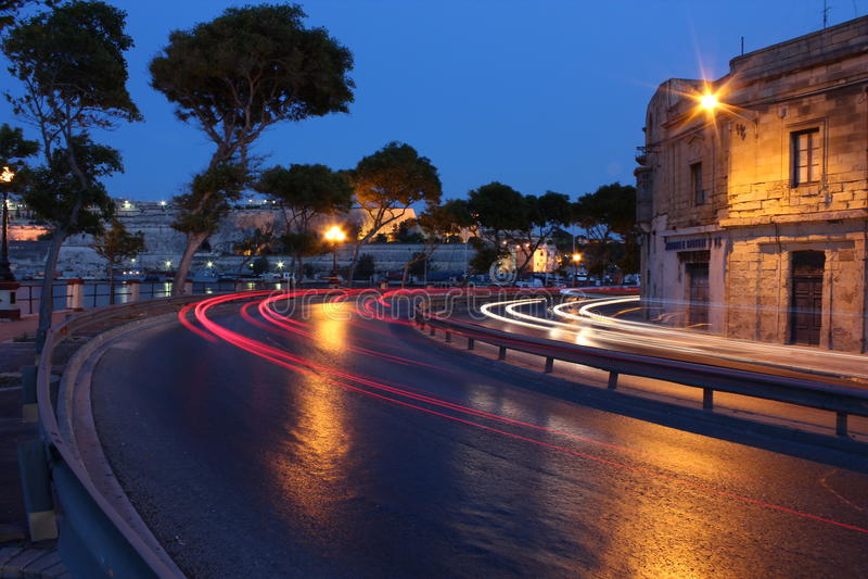 Rue de marina de Sliema, Malte le soir. images stock