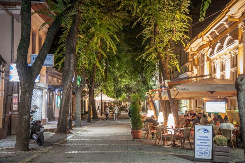 Rue de Matije Korvina le soir, une rue piétonnière de Subotica, Voïvodine, avec des personnes s'asseyant dans les cafés, les barr image stock