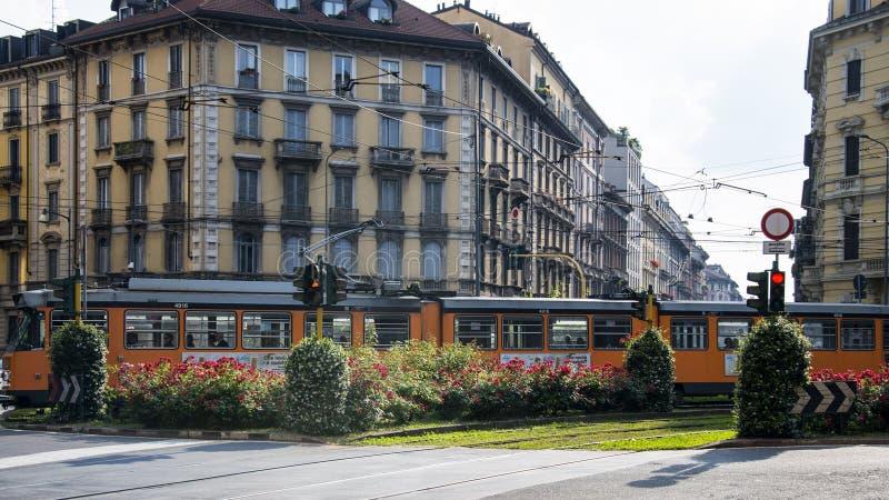 Rue de Milan, Italie Le centre-ville moderne photos stock