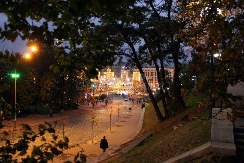 Rue de nuit avec les lanternes br?lantes Rue de Kiev la nuit lumi?res de ville de nuit images stock