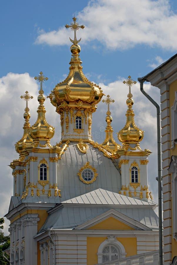 rue de Pétersbourg Russie de peterhof d'église photographie stock libre de droits