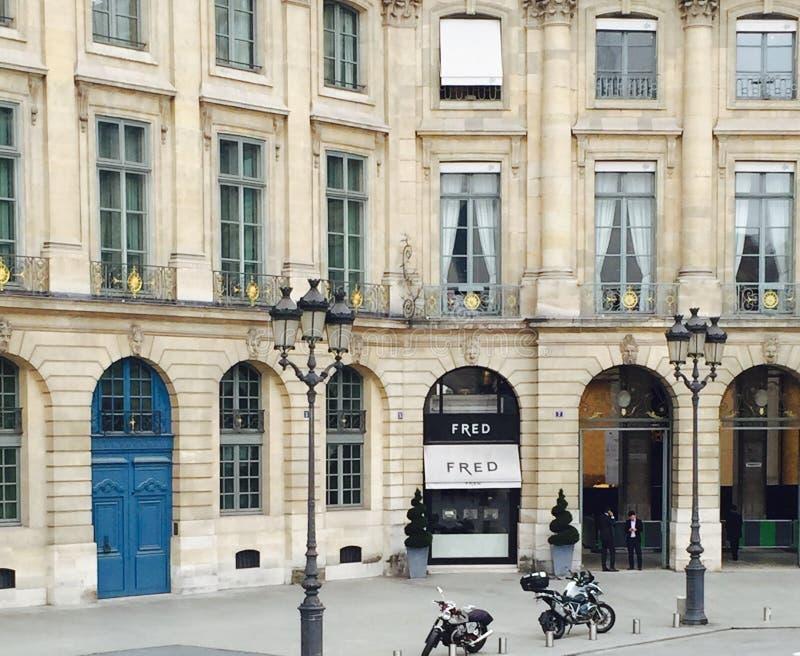Rue de Paris avec le restaurant et la moto photo stock