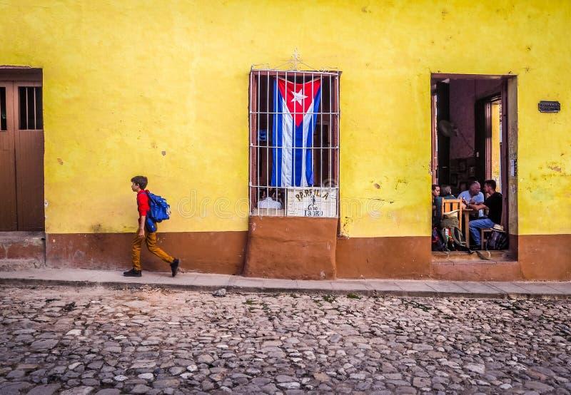 Rue de pavé rond au Trinidad avec le drapeau cubain image stock