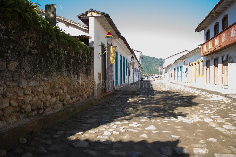 Rue de pierre dans une ville historique Chambres avec les portes colorées photos libres de droits