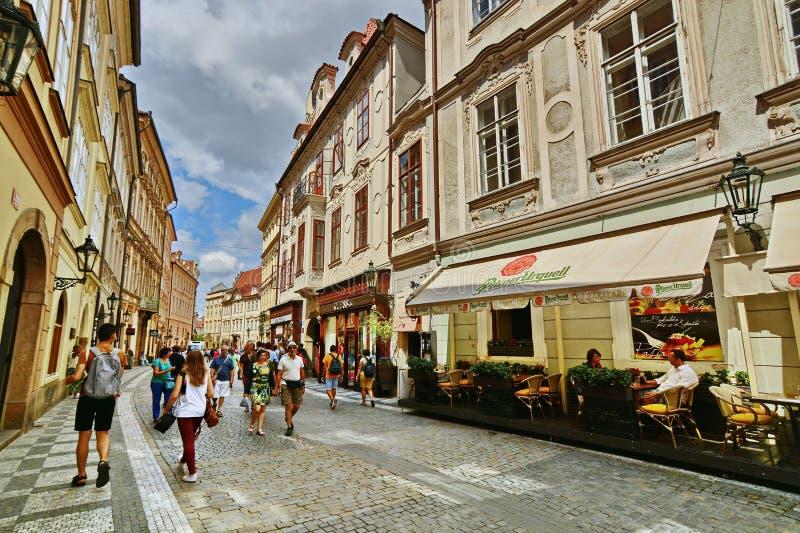 Rue de Prague avec des touristes photographie stock libre de droits
