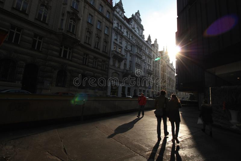 Rue de Prague avec de vieux bâtiments et coucher du soleil photo libre de droits