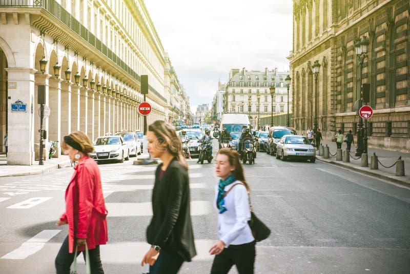 Rue de Rivoli ställedu-Palais Royal på ett soligt arkivfoton