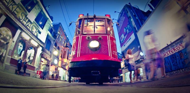 Rue de Taksim Istiklal, tram rouge images stock