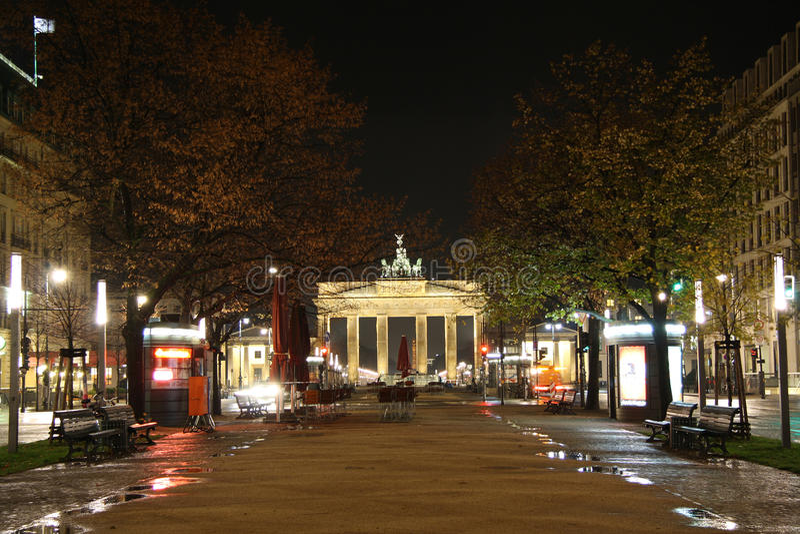 Rue de tilleul de repaire d'Unter à Berlin la nuit photo libre de droits