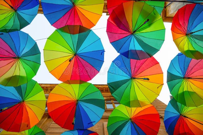Rue de toit de parapluies d'arc-en-ciel en Victory Passage, Bucarest photographie stock libre de droits