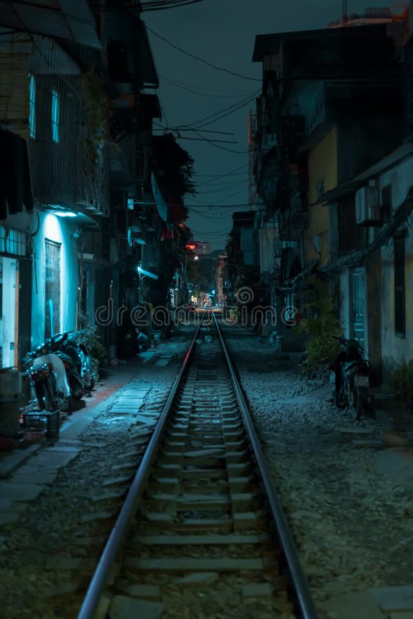 Rue de train de Hanoï la nuit image stock