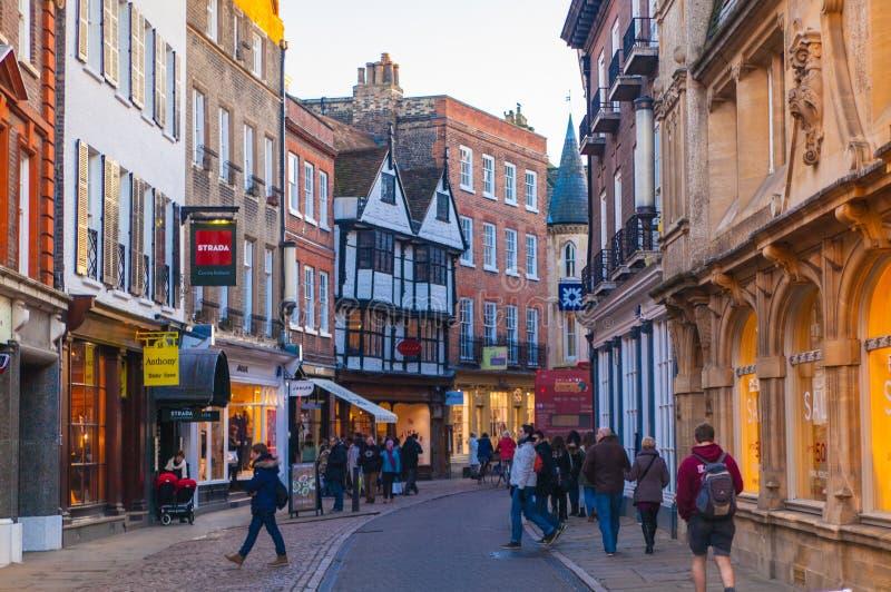 Rue de trinité avec un bon nombre de boutiques et de cafés photos stock