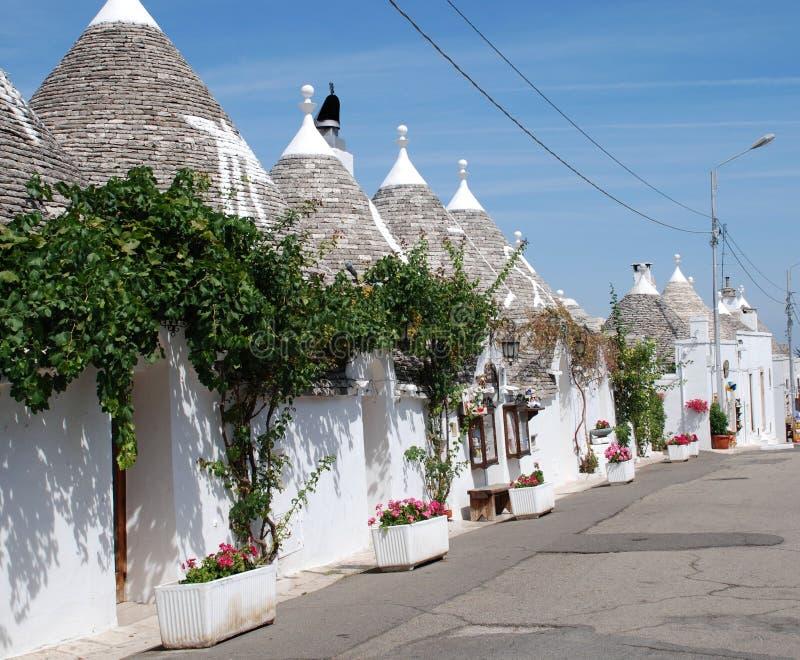 Rue de Trullo avec des vignes photographie stock