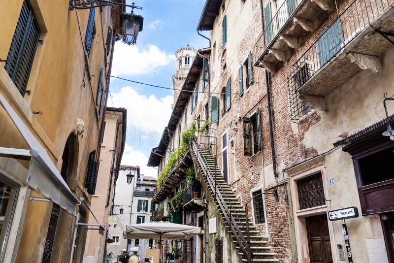 Rue de Vérone avec de vieux escaliers, Italie image stock