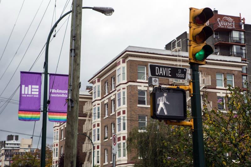 Rue de Vancouver Davie avec des drapeaux photographie stock