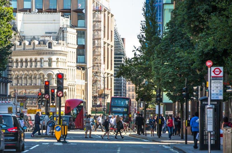 Rue de ville avec un bon nombre de gens de marche Londres, R-U images stock
