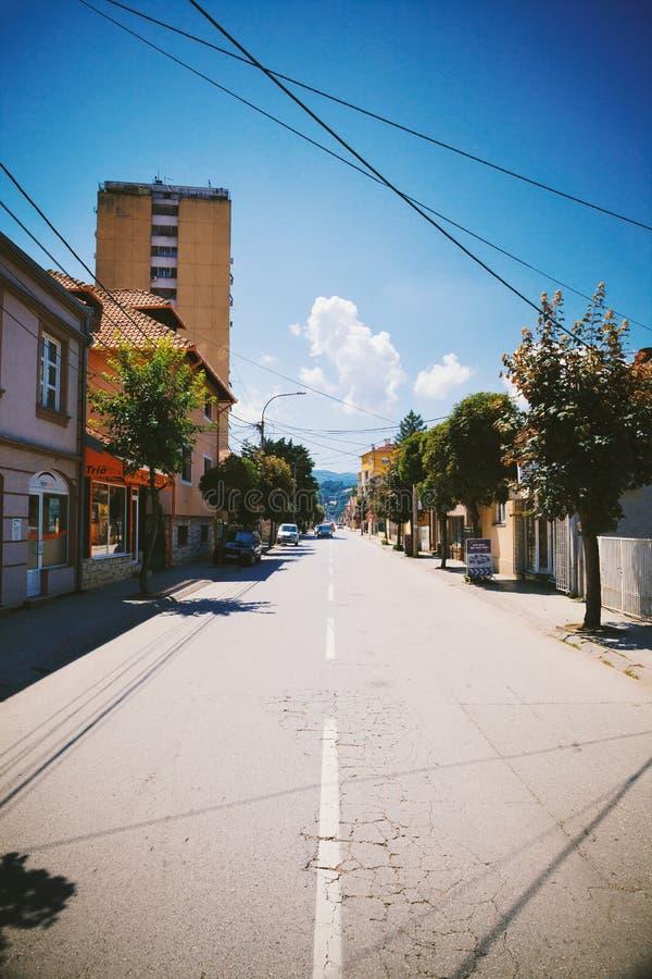 Rue de ville de Cacak pendant l'été images libres de droits
