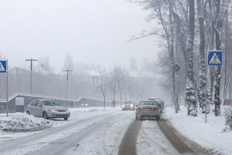 Rue de ville sous la neige pendant la tempête de neige lourde en hiver Déblaiement de neige pauvre Précipitation de douche Weat d photos stock