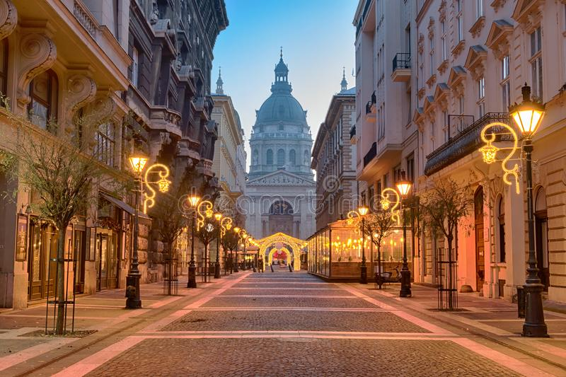 Rue de ZrÃnyi, basilique du ` s de St Stephen à Budapest image stock