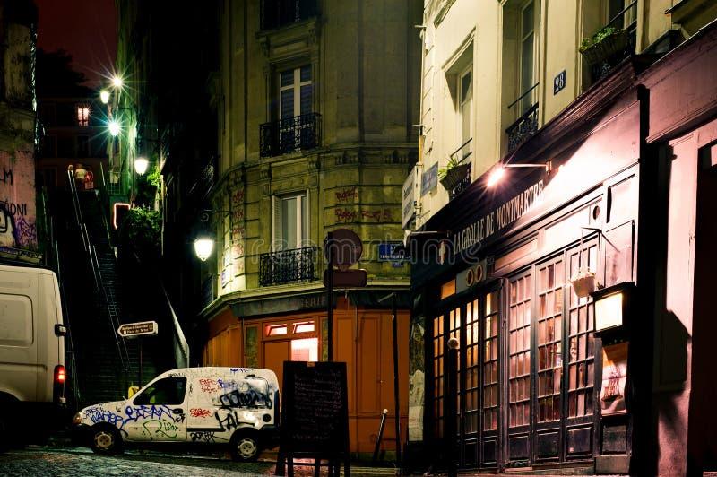 Rue des bâtiments historiques et du graffiti d'art moderne sur Montmartre par nuit 12 octobre, photographie stock