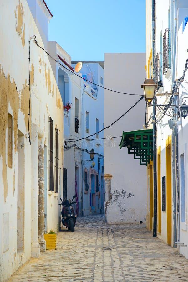 Rue du désert en Afrique du Nord, à Mahdia, Tunisie photographie stock libre de droits