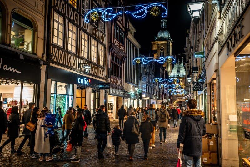 Rue du Gros Horloge eller Great Clock pedestrian shoppinggata belyst på natten full av människor i Rouen France fotografering för bildbyråer