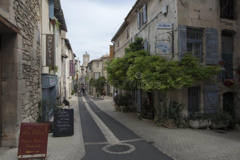 Rue du Huit Mai 1945 i Helgon-Rémy-de-Provence, Frankrike royaltyfri fotografi