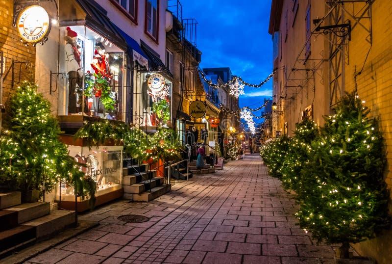 Rue du Petit-Champlain bij Lagere Oude Stad basse-Ville verfraaide voor Kerstmis bij nacht - de Stad van Quebec, Quebec, Canada stock foto's
