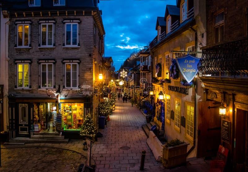 Rue du Petit-Champlain en una ciudad vieja más baja Basse-Ville adornado para la Navidad en la noche - la ciudad de Quebec, Quebe imágenes de archivo libres de regalías