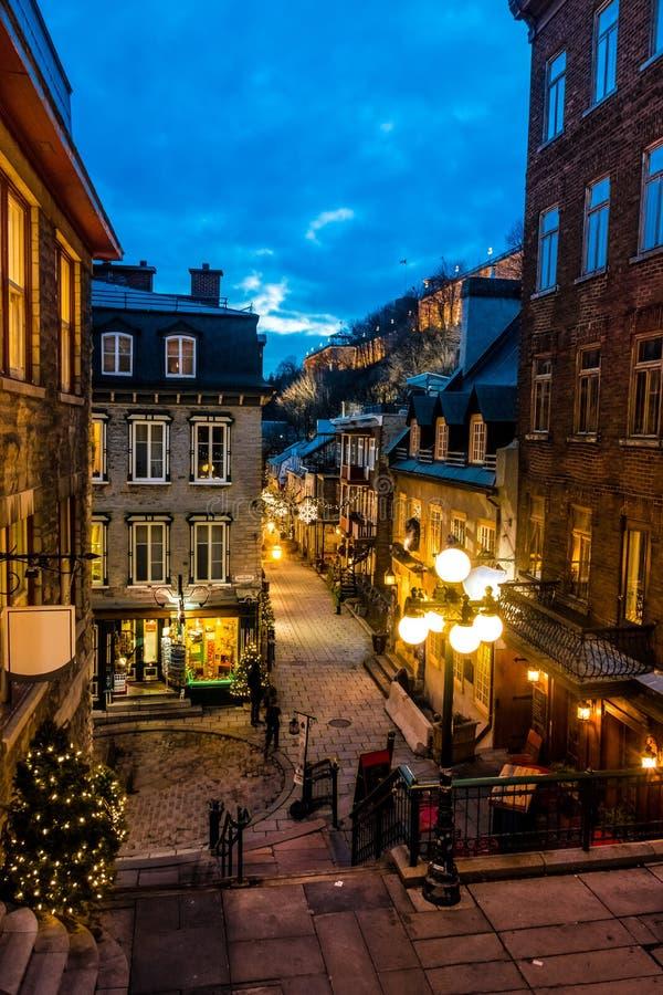 Rue du Petit-Champlain en una ciudad vieja más baja Basse-Ville en la noche - la ciudad de Quebec, Canadá imagen de archivo libre de regalías