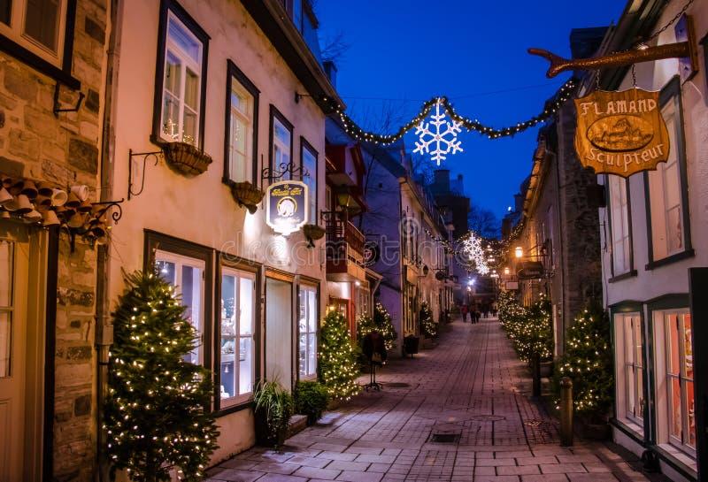 Rue du Petit-Champlain på lägre gammal stad Basse-Ville dekorerade för jul på natten - Quebec City, Quebec, Kanada royaltyfri bild