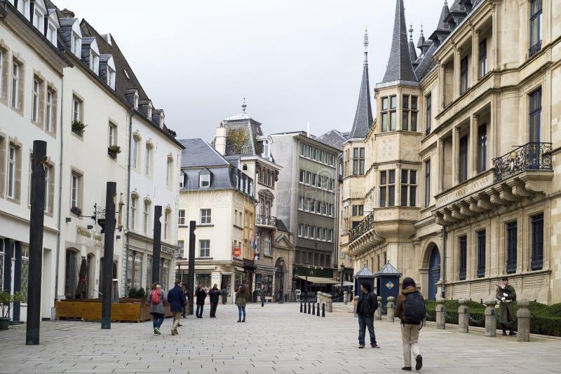 Rue du som Marche-är hjälp-Herbes i den Luxembourg staden royaltyfria bilder