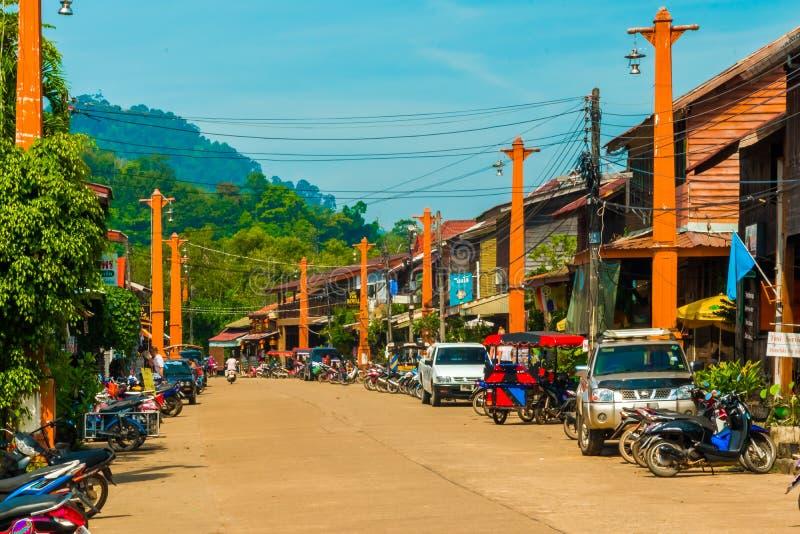 Rue en bois dans la vieille ville, Koh Lanta, Krabi, Thaïlande photos libres de droits