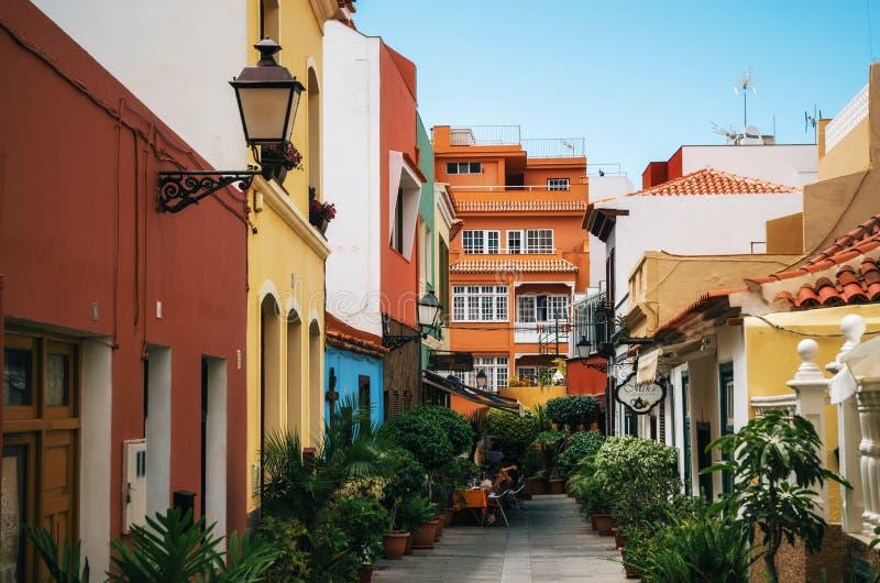 Rue en pente étroite à Puerto de la Cruz, Ténérife, Canarias image stock