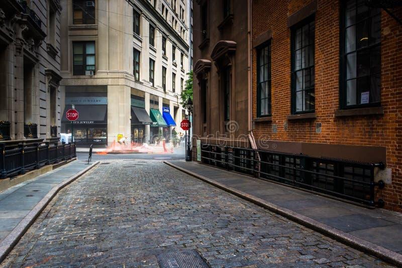 Rue en pierre, dans le secteur financier de Manhattan, New York photos stock