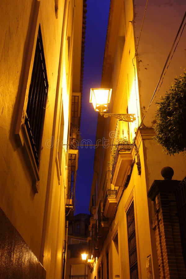 Rue en Séville la nuit photo stock