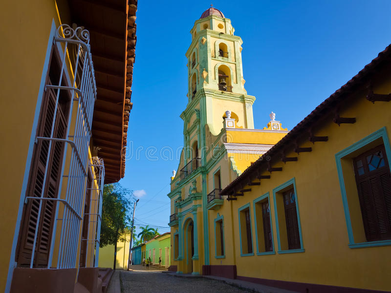 Rue et église étroites au Trinidad, Cuba photos libres de droits