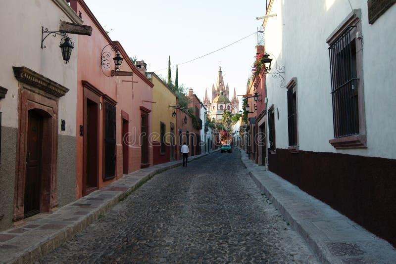 Rue et église de San Miguel de Allende photo stock