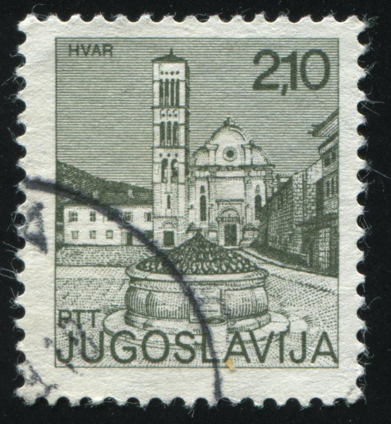 Rue et fontaine dans Hvar image stock