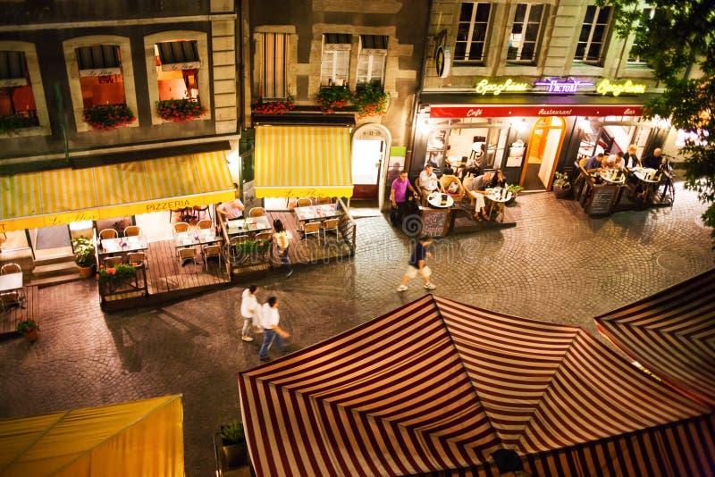Rue et restaurants de Genève image libre de droits