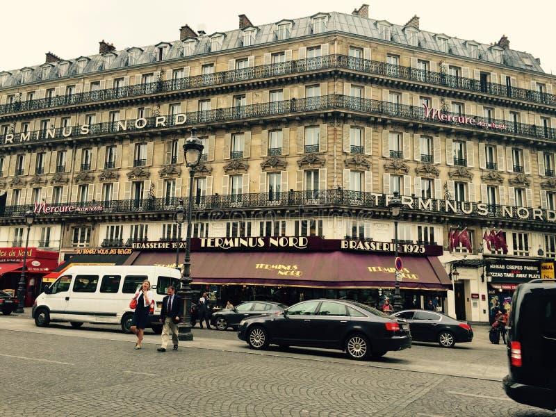 Rue et voitures d'achats de Paris photo stock
