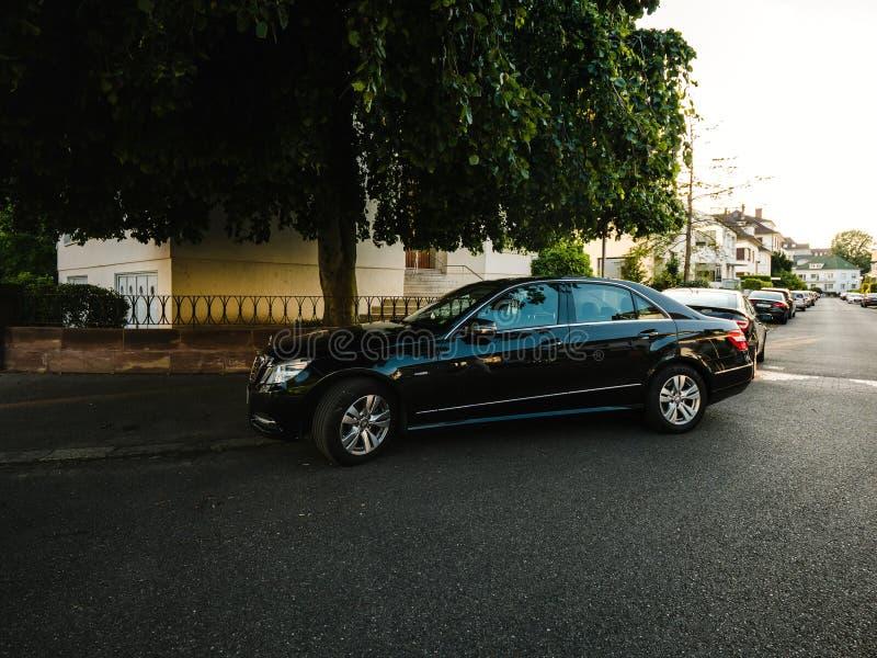 Rue garée par limousine de luxe de Mercedes-Benz image libre de droits