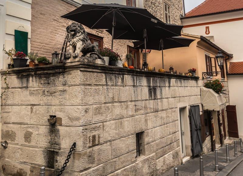 Rue historique à Zagreb, capitale de la Croatie images libres de droits