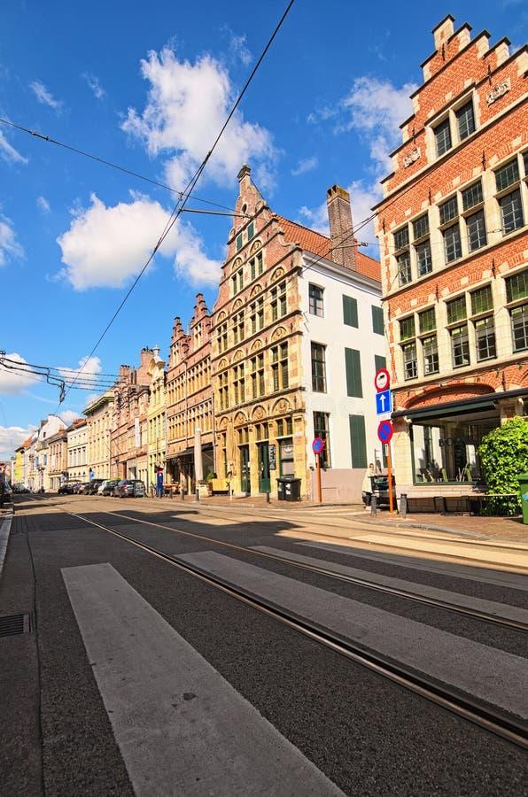 Rue historique avec des bâtiments dans l'architecture flamande typique, peinte avec des couleurs vives photos stock