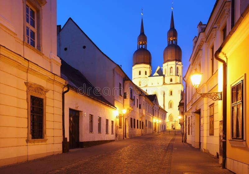 Rue historique dans Trnava avec le Saint Nicolas chu photo stock