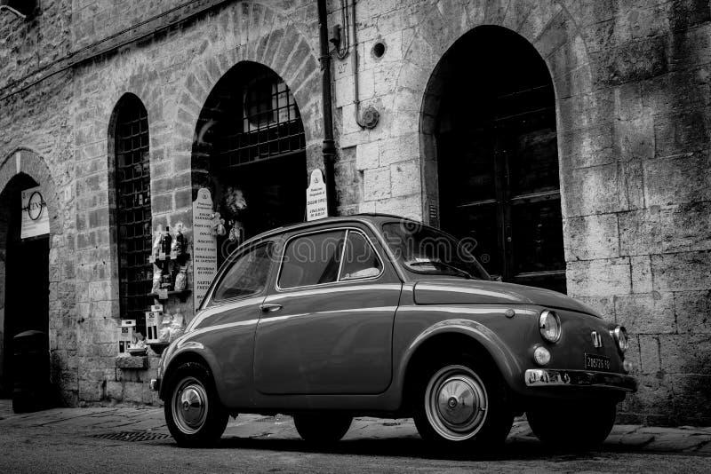 Rue italienne arrière traditionnelle graveleuse avec la petite voiture iconique image libre de droits