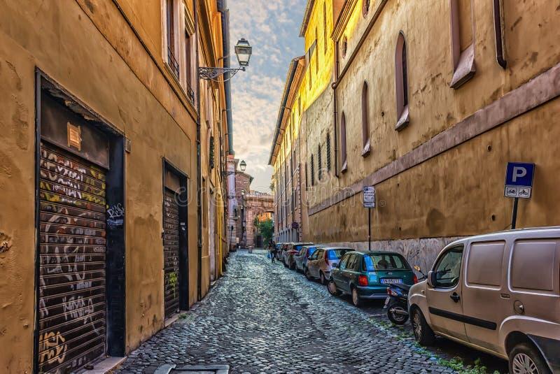 Rue italienne avec des garages de façade, des pots de fleurs et des bâtiments lumineux image stock