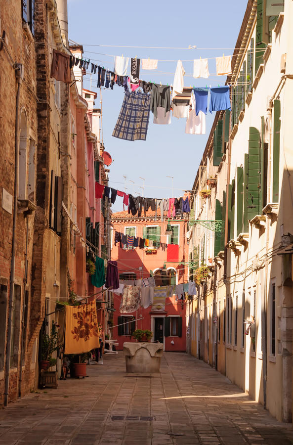 Rue italienne traditionnelle avec des vêtements traînant pour sécher le betwe photos stock