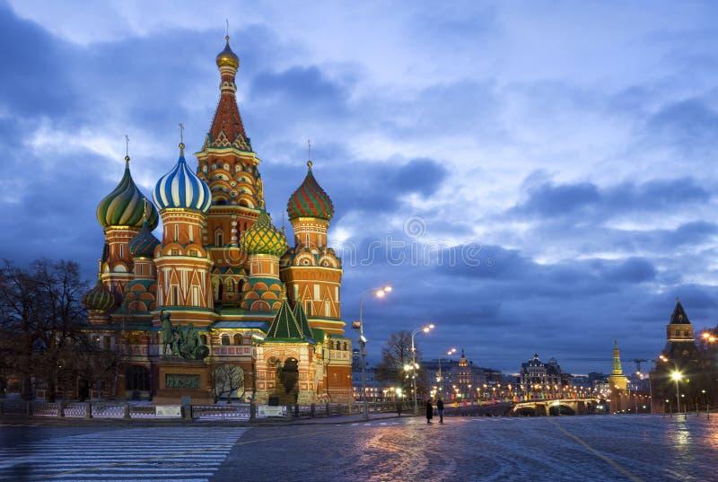 Rue La cathédrale du basilic sur le grand dos rouge à Moscou photos libres de droits