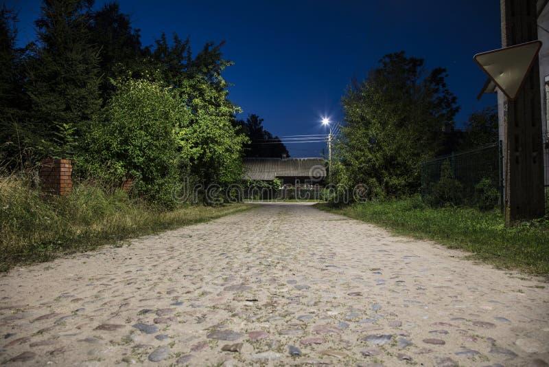 Rue la nuit dans le petit village en Pologne image libre de droits